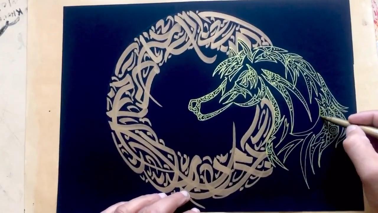 آموزش خطاطی انتزاعی شکل اسب طلایی و نقره ای روی ورق مشکی